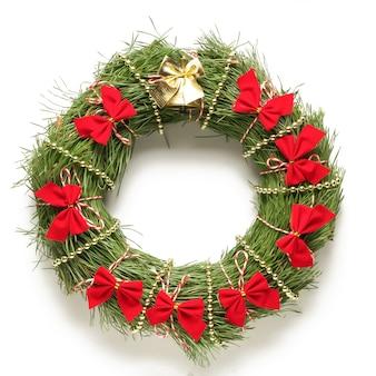 Corona de navidad sobre un fondo blanco.