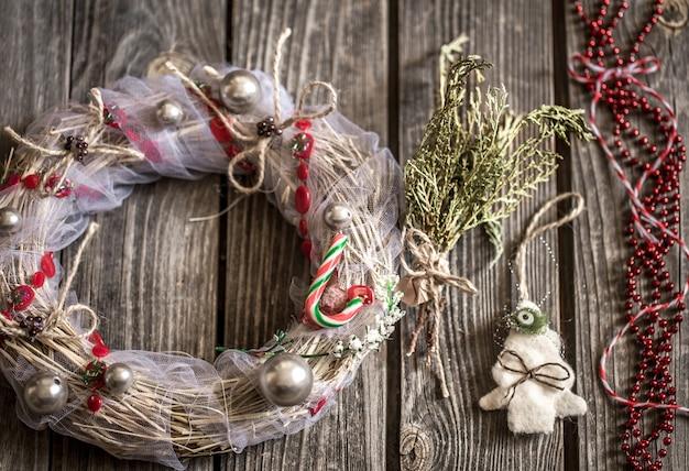 Corona de navidad sobre fondo de madera