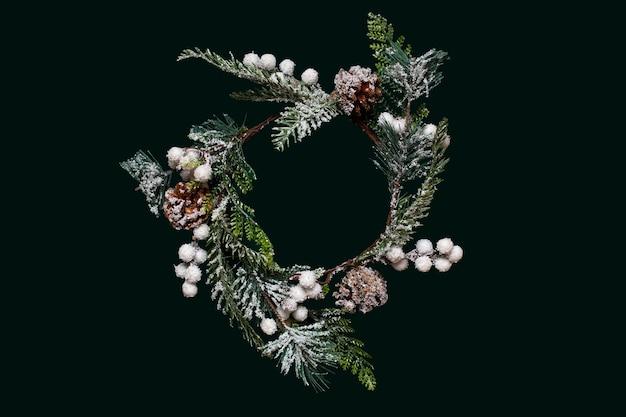 Corona de navidad sobre fondo verde oscuro
