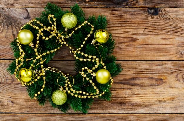 Corona navideña con adornos dorados