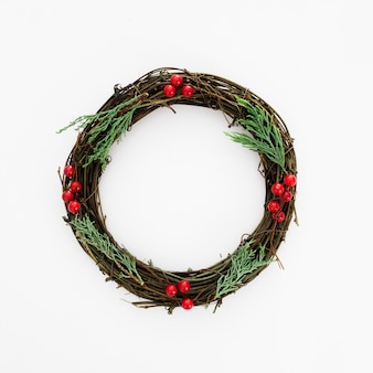 Corona navideña hecha de ramas de pino natural