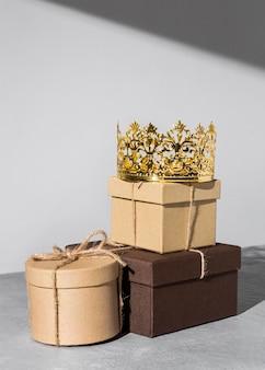 Corona de oro del día de la epifanía con cajas de regalo.