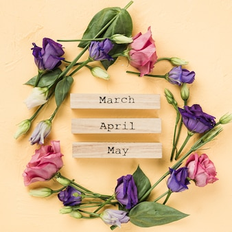 Corona de rosas con meses de primavera