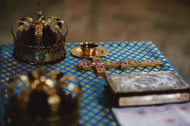 Coronas de boda ortodoxas de oro sobre la mesa