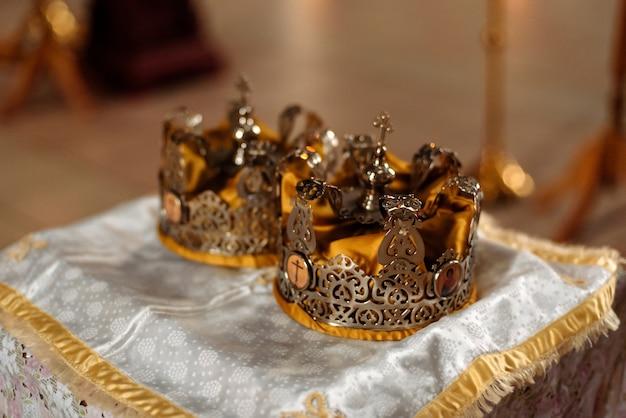 Coronas para la ceremonia de boda en la iglesia cristiana de la resurrección