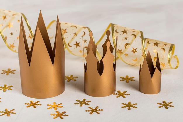 Coronas de oro con copos de nieve dorados