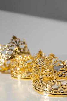 Coronas de oro del día de la epifanía con espacio de copia