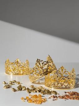 Coronas de oro del día de la epifanía con pasas y piedras