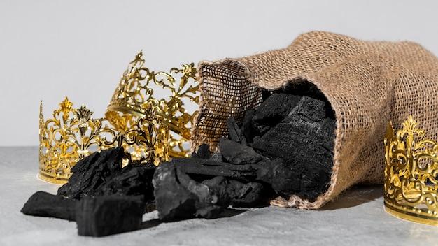 Coronas de oro del día de la epifanía con saco de carbón