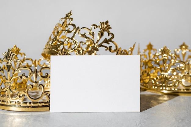 Coronas de oro del día de la epifanía con tarjeta en blanco