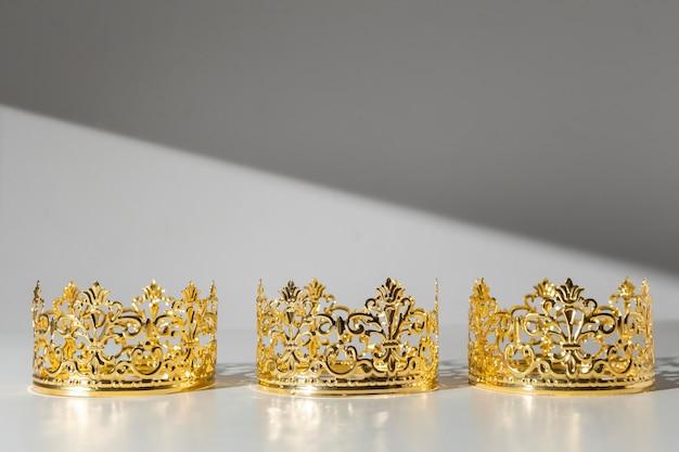 Coronas de oro del día de la epifanía