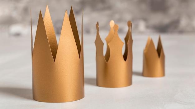 Coronas de oro fondo borroso