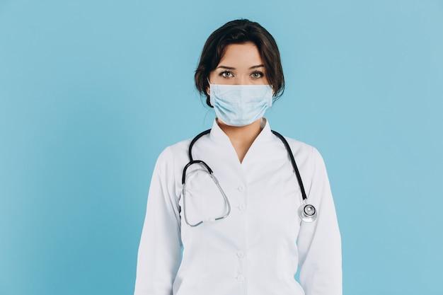 Coronavirus en europa. nuevo coronavirus (2019-ncov), retrato de la doctora en mascarilla médica azul con espacio de copia. concepto de cuarentena covid-19
