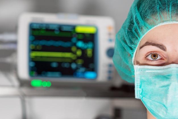 Coronavirus pandémico covid-19. retrato de primer plano enfermera en máscara protectora