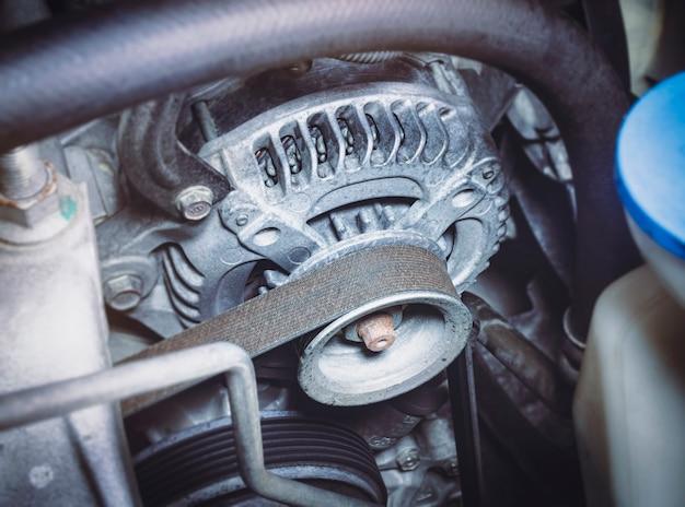 Correa de distribución del alternador del coche en el motor