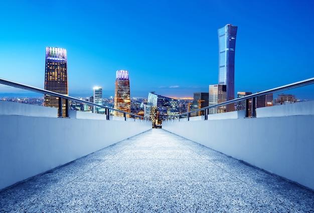El corredor aéreo conduce al distrito financiero de beijing, la escena nocturna urbana, expresión exagerada.