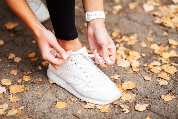 Corredor apretando el cordón del zapato