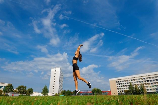 Corredor de atleta corriendo en pista de atletismo entrenando su cardio. mujer para correr para la carrera de competición en el estadio al aire libre de verano.