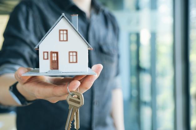 Corredor de bienes raíces casa residencial contrato de alquiler.