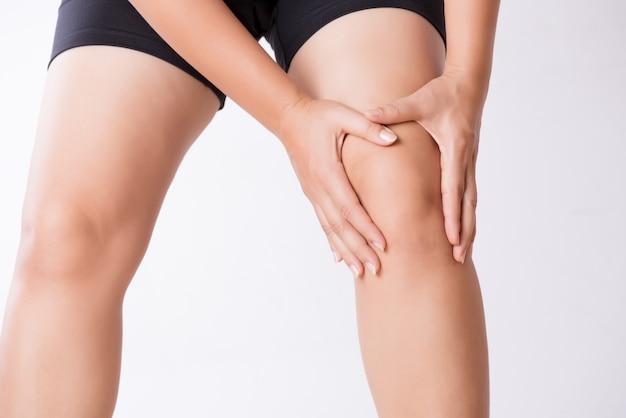 Corredor deportivo de lesión en la rodilla. mujer joven del primer en dolor de la rodilla mientras que corre