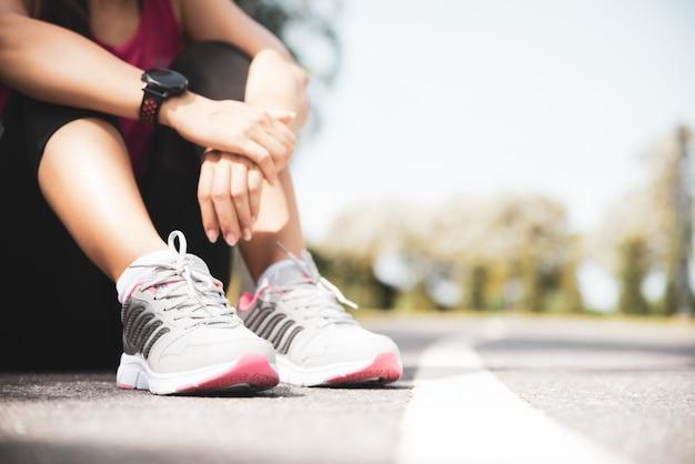 Corredor descansando después de la sesión de entrenamiento en la mañana soleada.