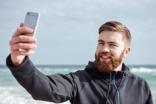 Corredor hacer selfie en la playa