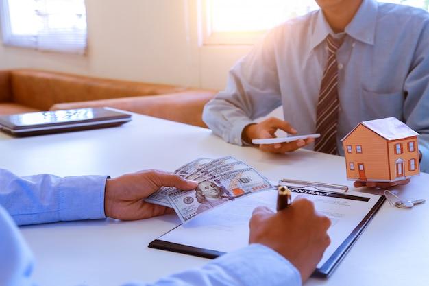 Corredor inmobiliario y cliente.