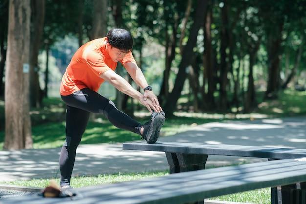 Corredor joven estirando las piernas. concepto de estilo de vida activo y saludable.