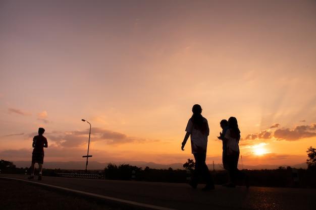 Corredor en la puesta del sol