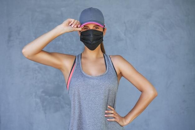 Corredora con máscara protectora durante la pandemia de coronavirus