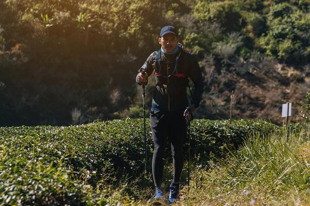 Corredores. los jóvenes se arrastran por un sendero de montaña. trail de aventura en un estilo de vida de montaña.