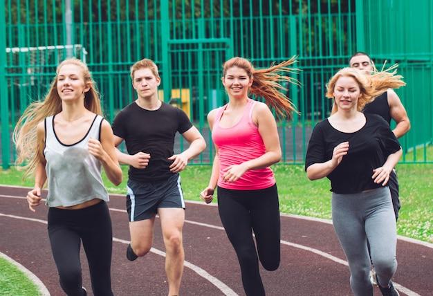 Corredores profesionales corriendo en una pista de carreras.