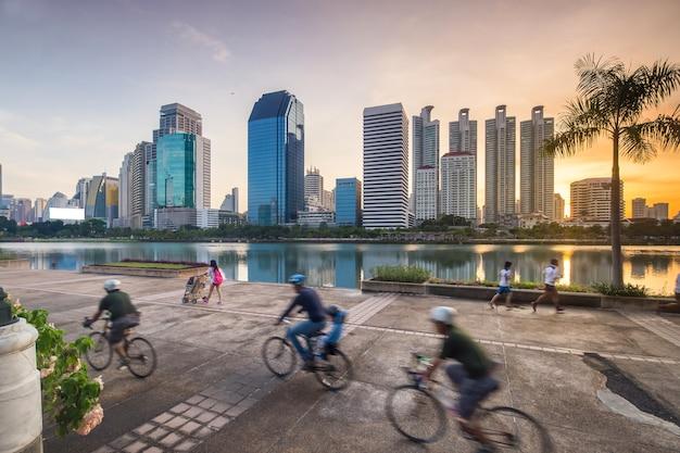 Correr una bicicleta estática se estaciona en la ciudad.