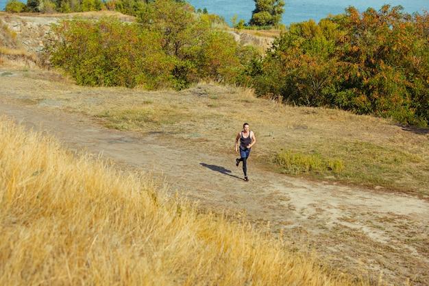 Correr deporte. corredor de hombre corriendo al aire libre en la naturaleza escénica.