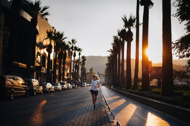 Corrida matutina de una joven por el paseo marítimo.