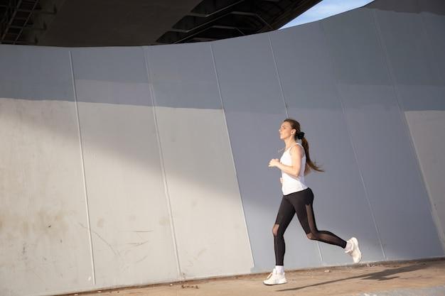 Corrida matutina de una mujer joven
