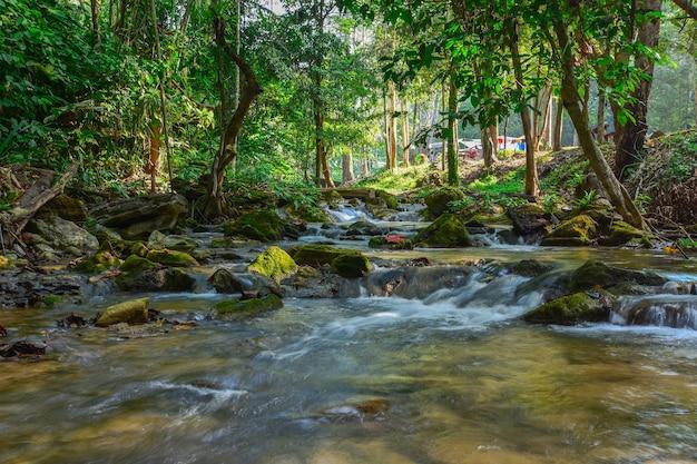 Corriente de agua natural de un pico alto.