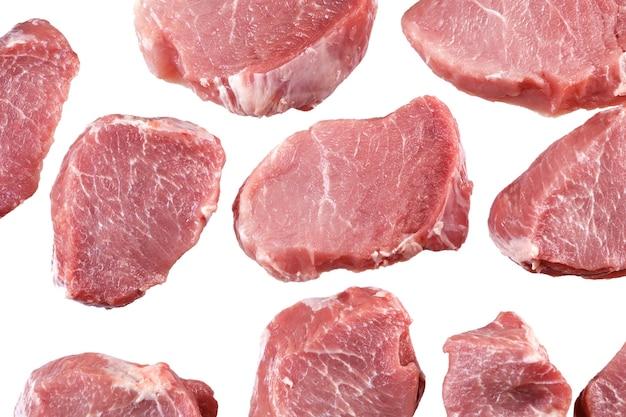 Corta un trozo de carne fresca para cocinar. aislado.