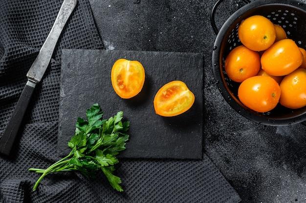 Cortado en medio tomate cherry amarillo crudo