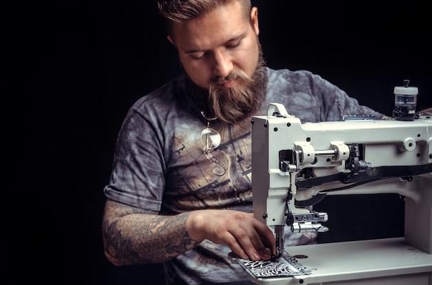 El cortador de cuero crea un producto de cuero de calidad