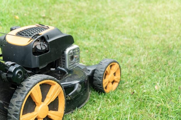 Cortadora de césped en pasto verde