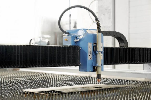 Cortadora de plasma moderna profesional en fábrica de metal