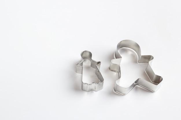 Cortadores de galletas de metal sobre superficie blanca