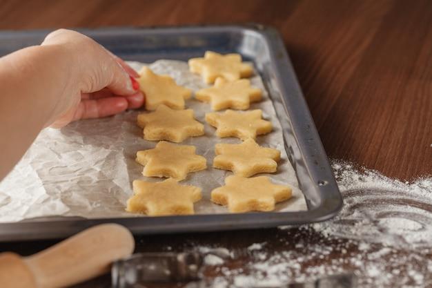 Cortadores de galletas y moldes en una tabla y una bandeja para hornear