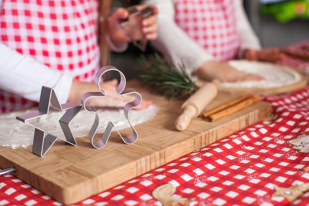 Cortadores de pasteles de formas navideñas en tablero de madera