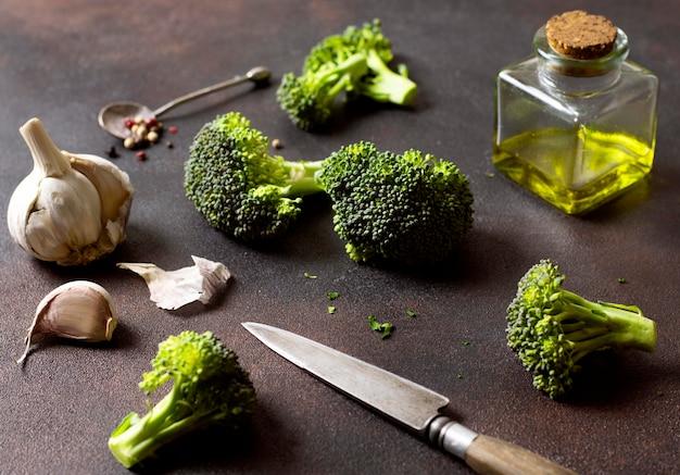 Cortar el brócoli y el ajo con aceite de oliva