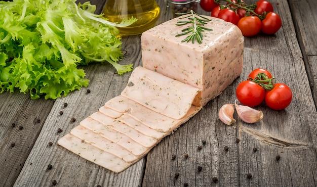 Cortar la carne sobre una superficie de madera.