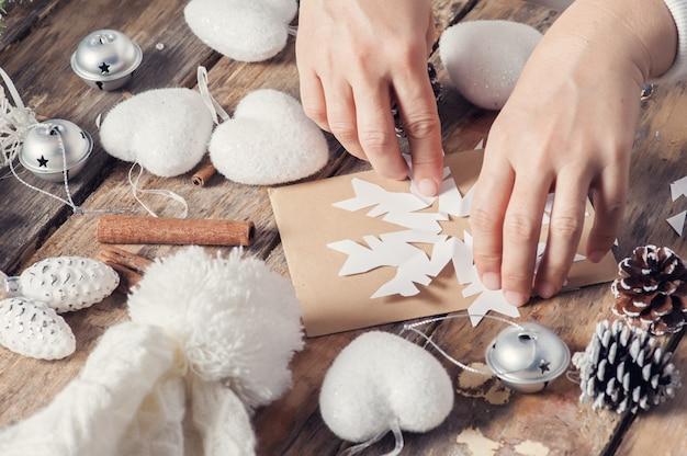 Cortar el copo de nieve para la decoración navideña