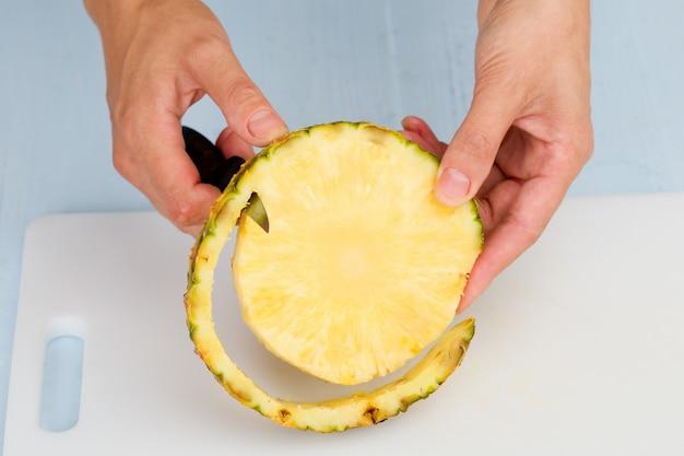 Cortar el cuchillo de frutas en una tabla de cortar