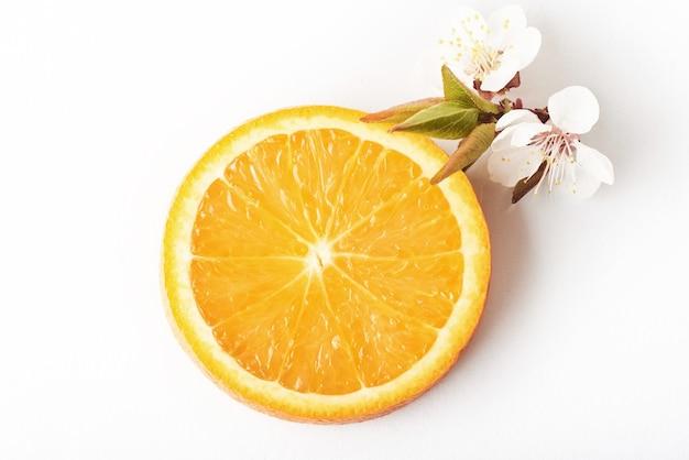 Cortar la fruta cítrica anaranjada madura aislada en blanco.